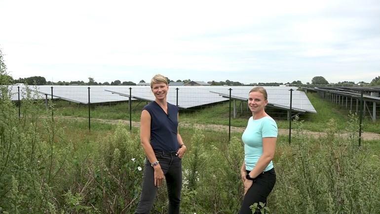 Jolien-en-Hilde-Gooiker-voor-het-zonnepark-Foto-Omroep-Gelderland